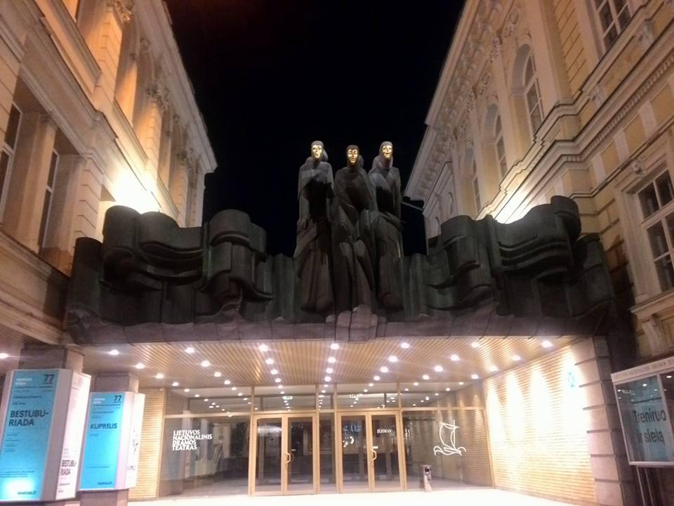 """Lietuvos nacionalinis dramos teatras Pagrindinį įėjimą puošia skulptoriaus Stanislovo Kuzmos sukurtos """"Trys mūzos"""" , kurios tapusios teatro simboliu."""
